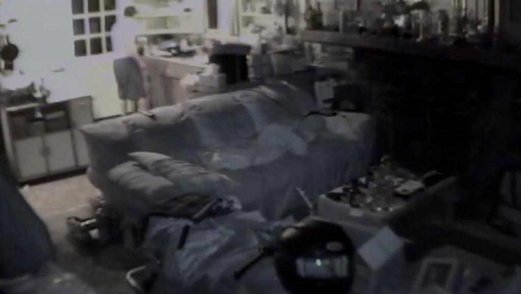 夜寝ていたらクマが玄関から侵入!