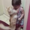 怖がる女の子をギュッとハグする猫