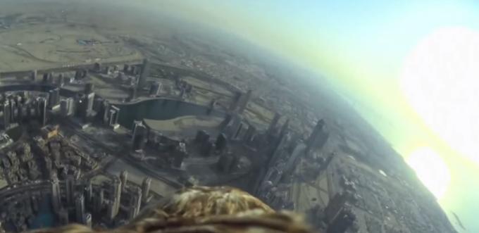 """鷹にカメラを付けて、世界一高い超高層ビル""""ブルジュ・ハリファ""""の頂上から放ってみた!"""