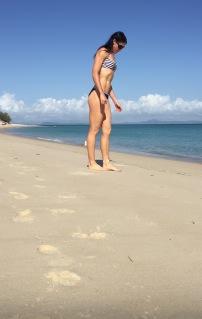 なんだかカッコイイ!砂浜でヨガのポーズをしたら手にオウムがとまる珍事発生