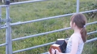 音楽の力はすごい!アコーディオンの音色に続々と集まる牛の動画