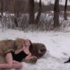 熊と美女が戯れるドキドキするけど美しい動画